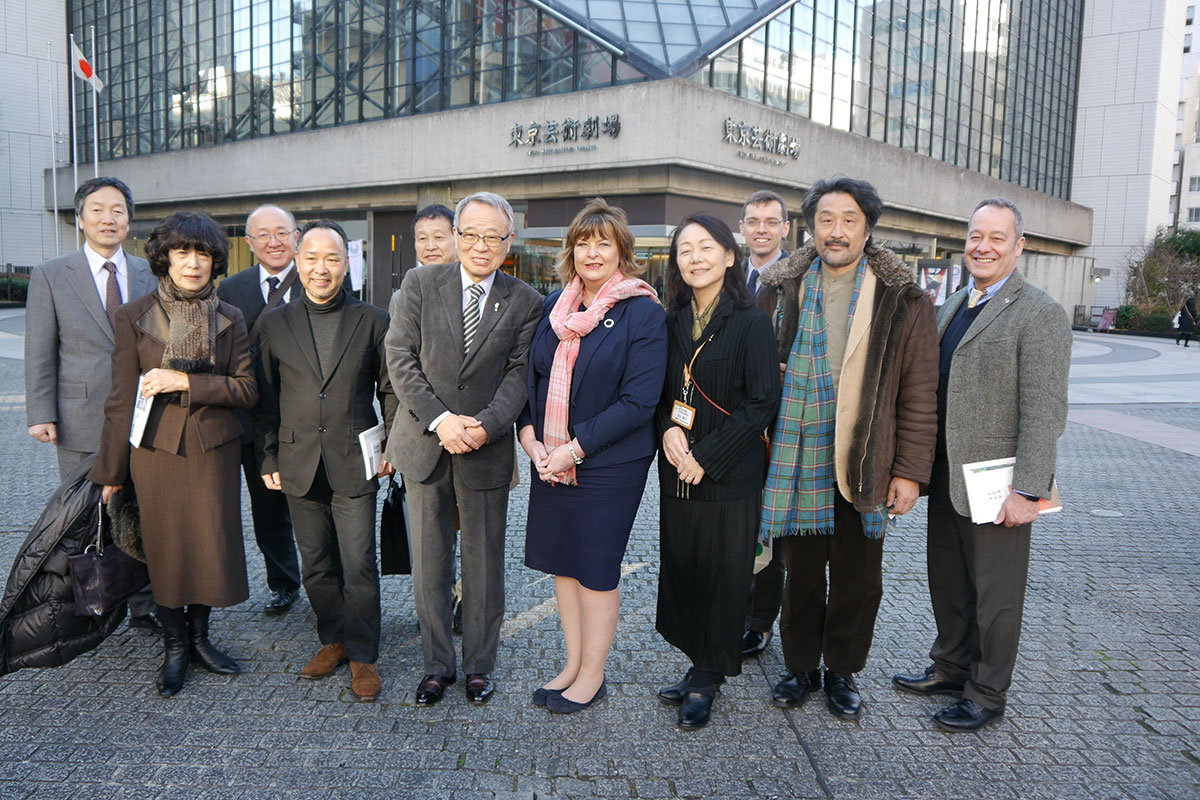 Fiona-Hyslop-and-Toshima-Ward-Mayor-Yukio-Takano-(centre)-with-people-from-Toshima-Ward,-SDI,-and-the-Japan-Scotland_resize.jpg